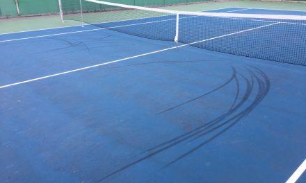 Cykla inte på tennisbanan!